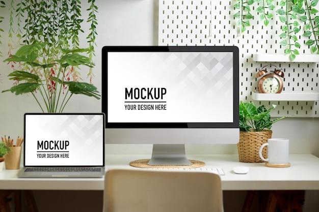 コンピューターのモックアップを備えたホームオフィスルームのbiophiliaワークスペース