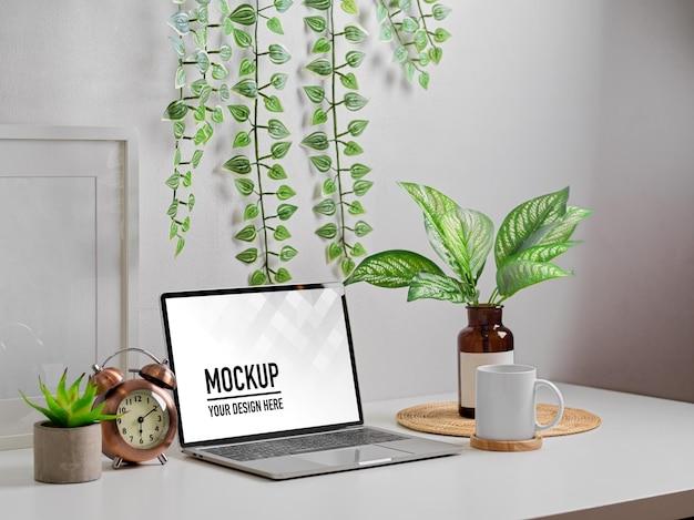 ホームオフィスの部屋にラップトップのモックアップと植物の花瓶を備えたbiophilia作業台