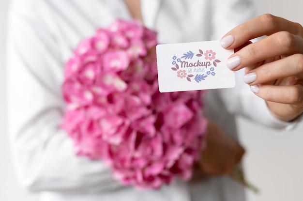 カードのモックアップアレンジメントと誕生日の花
