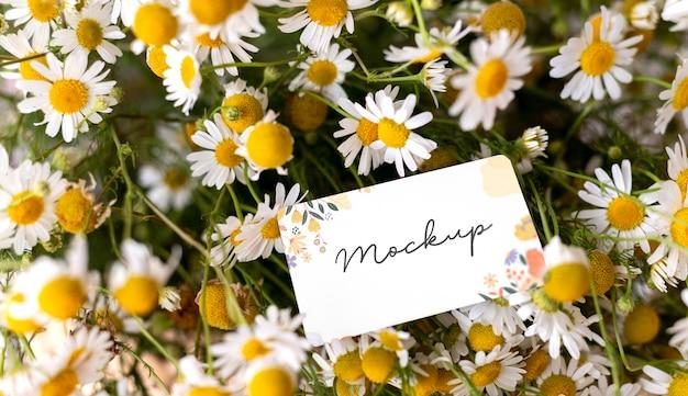 카드 모형 배열이 있는 생일 꽃