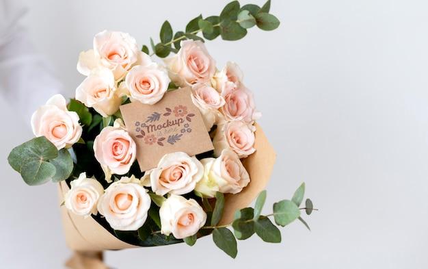 카드 모형 구색이 있는 생일 꽃