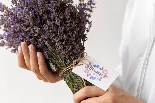 タグのモックアップアレンジメントと誕生日の花