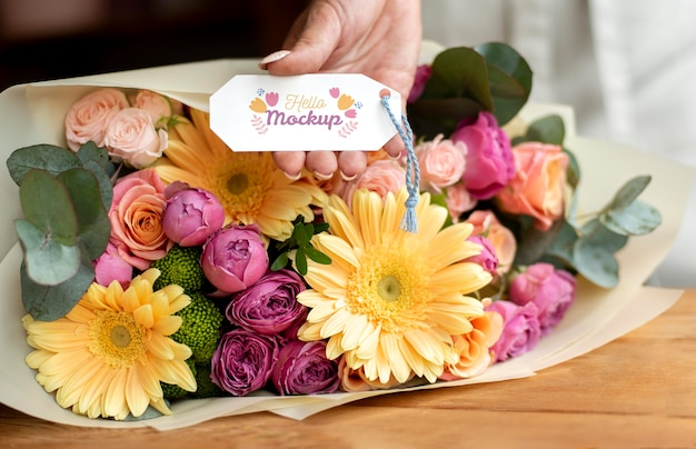 태그 모형 배열이 있는 생일 꽃