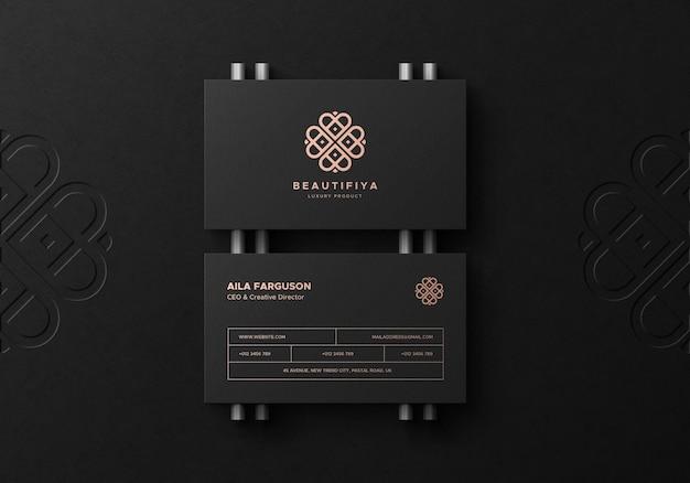 Черный макет визитной карточки с логотипом deboss на фоне