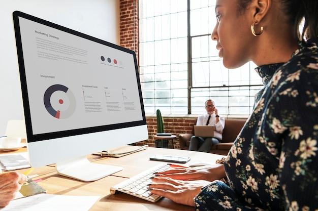 컴퓨터에서 작업하는 흑인 사업가