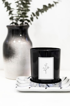 花瓶による黒いろうそくのモックアップ