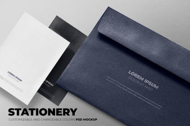 黒いテーブルの上の黒い封筒のモックアップ