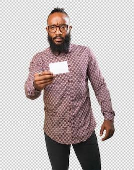 그의 방문 카드를 보여주는 흑인