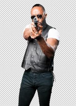 Черный человек, используя поп-пистолет