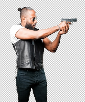 Черный человек, используя пистолет