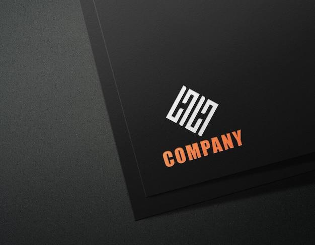 プレス効果のある黒い紙のロゴのモックアップ