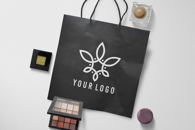 黒のショッピングペーパーバッグ化粧品モックアップ