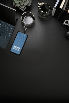 スマートフォンのモックアップと黒いテーブル
