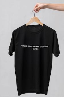 Черная футболка на вешалке макет