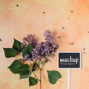 美しい花と黒板のモックアップ