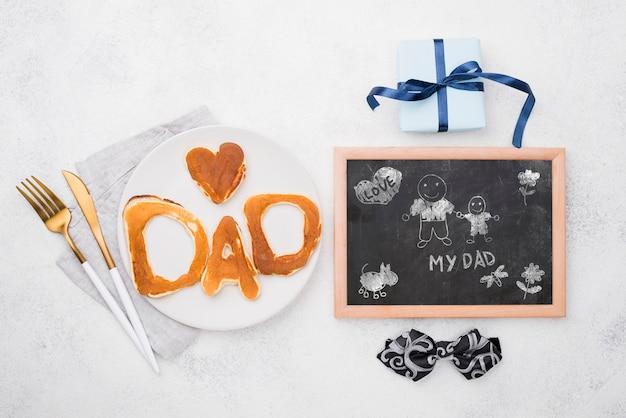 아버지의 날을위한 접시와 선물에 팬케이크와 칠판