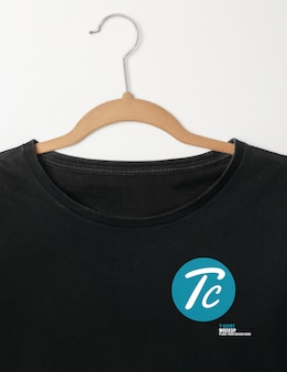 흰 벽에 걸려 빈 검은 티셔츠 모형