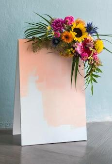 空白の咲く花のボードのモックアップデザイン