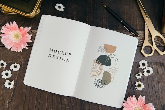 空白の花の抽象的なノートブックのモックアップ