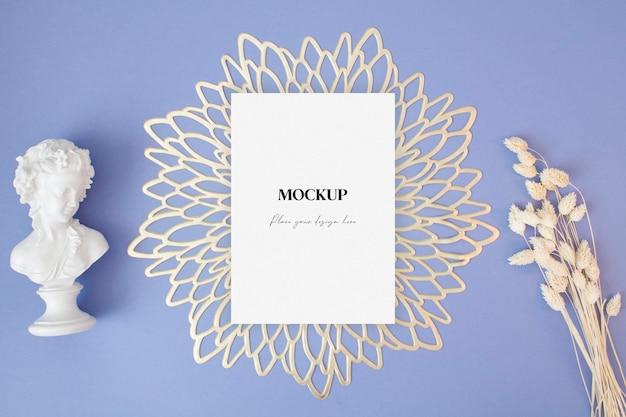 파란색 배경에 마른 풀과 동상이 있는 빈 인사말 카드