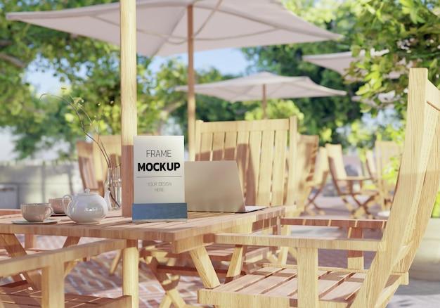 3dレンダリングで屋外の木製テーブルの空白のモックアップメニュー