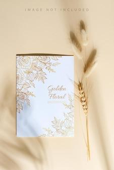 葉のあるロープにペグハンを付けた白紙のカード。