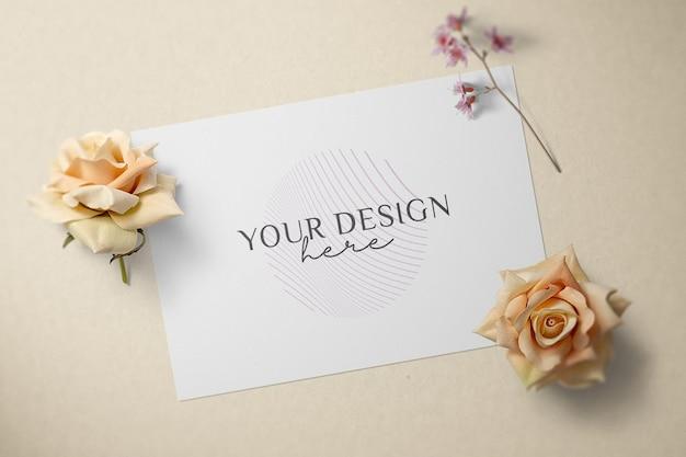 꽃 장식 모형 디자인으로 빈 종이 카드