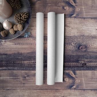 Чистый лист бумаги на деревянный стол в окружении безделушки и сосны