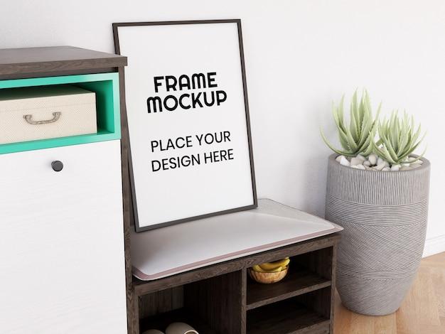 의자에 빈 사진 프레임 모형