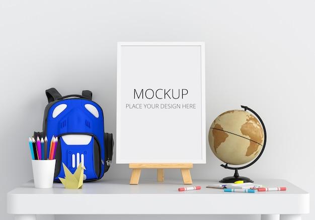 Пустая фоторамка с макетом рамки на столе в детской комнате