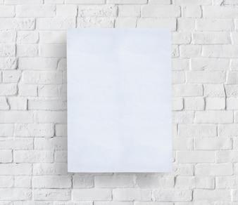 レンガの壁の前に空のポスター