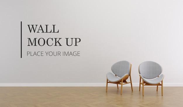 木製の床とエレガントな茶色の木製の椅子のペアとモックアップ空白の部屋の壁