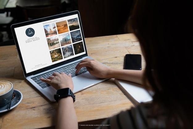 空白の画面のラップトップのモックアップテンプレート