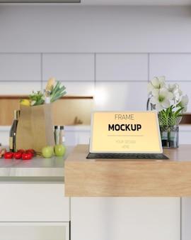 キーボードケース付きの空白の画面のタブレットのモックアップ