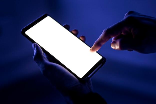 Пустой макет экрана смартфона psd, сияющий в темноте