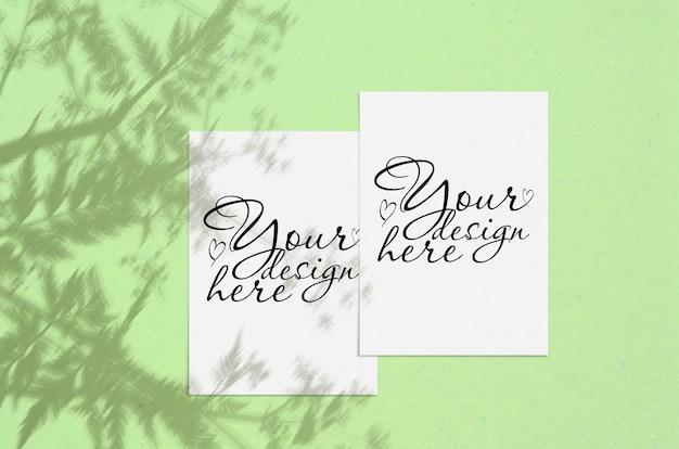 シャドウオーバーレイと空白の白い垂直紙。モダンでスタイリッシュなグリーティングカードまたは結婚式招待状のモックアップ
