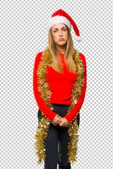 ブロンドの女性はクリスマス休暇のために服を着た