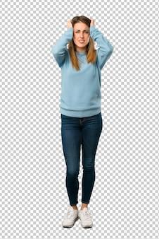 Блондинка в синей рубашке берет на себя руки, потому что мигрень