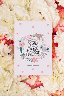 上のメッセージカードと花の花