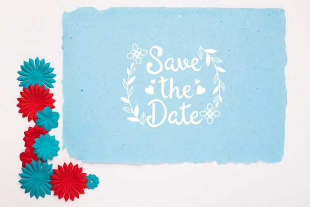 青と赤の花は、日付のモックアップを保存します