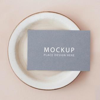 Синяя визитка на макете тарелки