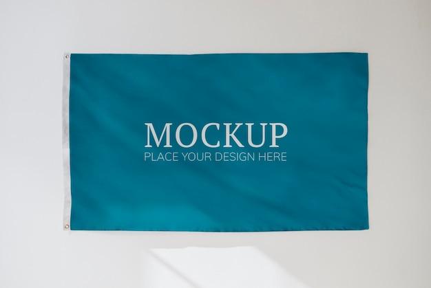 Макет голубого флага на белой стене