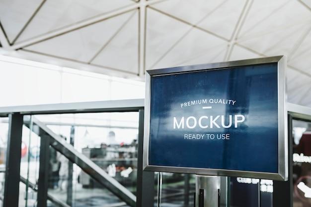 공항에서 파란색 목업 보드
