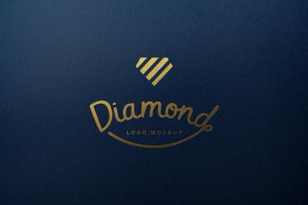 ゴールドのロゴが付いた青い紙のモックアッププロトタイプ