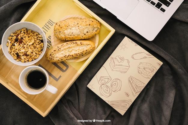 보드에 아침 식사와 함께 책 표지 구성