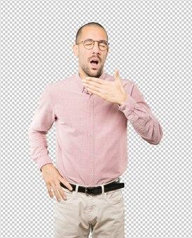Скучающий молодой человек зевая жест