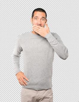 Скучно молодой человек зевая жест