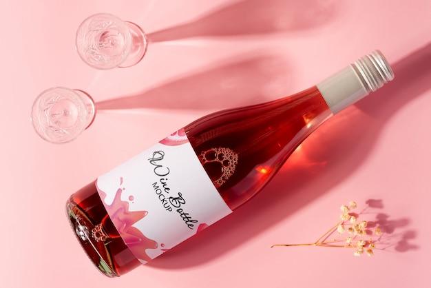 バラのワインと長い影とガラスのボトル。