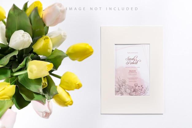 モックアップフレームと白と黄色のチューリップの花束