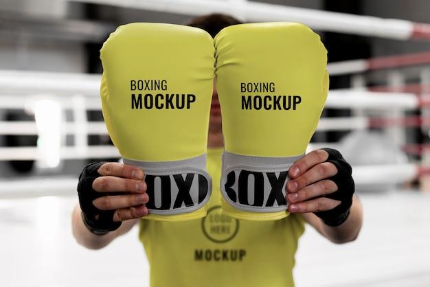Atleta di boxe in possesso di guanti mock-up per allenarsi